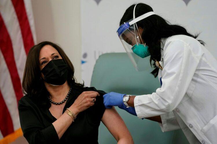 欧米で始まっているコロナワクチンの接種(AFP=時事通信フォト)