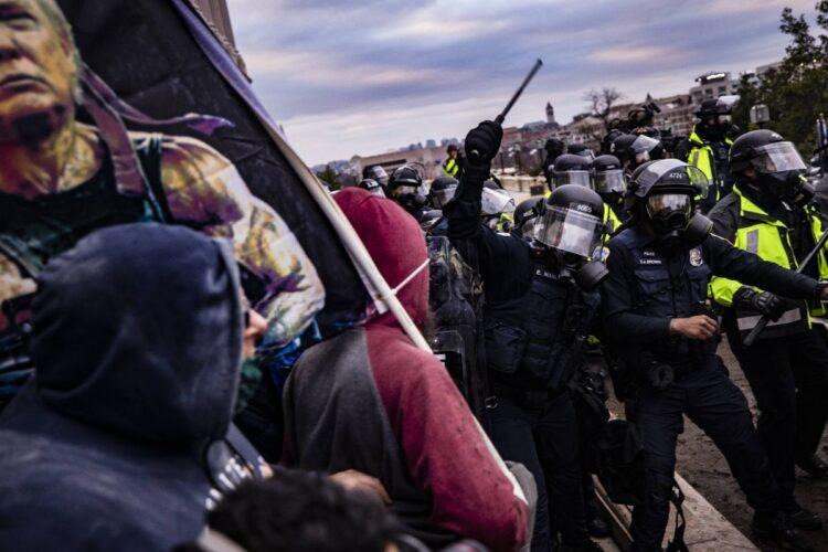 どこか芝居じみた「暴徒」と「警官隊」の「激突」だった(AFP=時事)