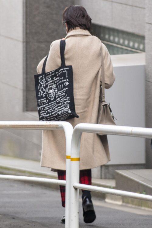 大きな柄のバッグをが目をひく