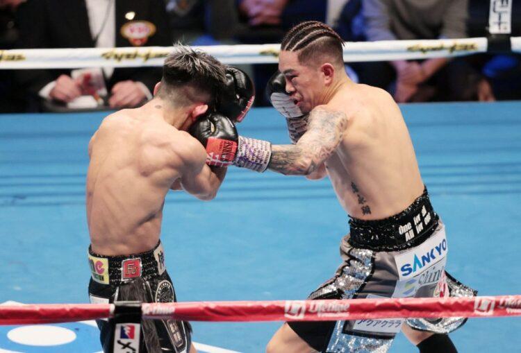 試合が白熱するにつれ、左腕のタトゥーが露わに・・・(左:田中恒成、右:井岡一翔 時事通信フォト)
