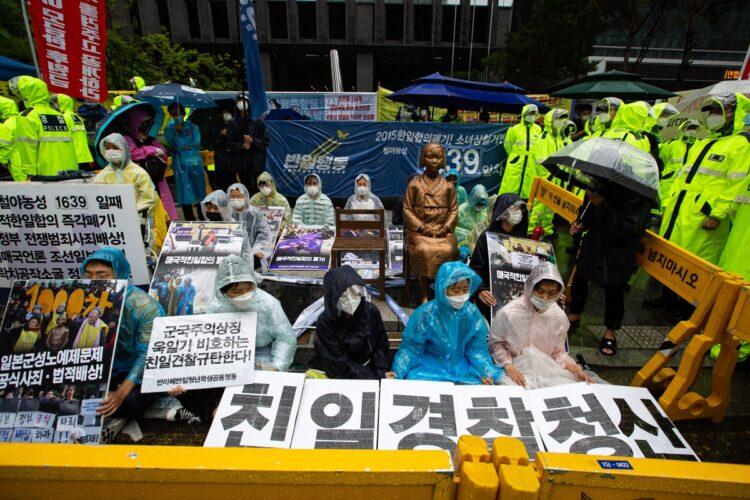 慰安婦像を前にデモ(写真/EPA=時事)