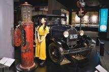 「ガソリン給油機」(昭和15~23年)と「フォードA型・4ドアセダン(円タクを再現した自動車)」(昭和6年)