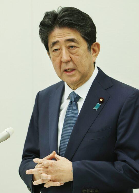 安倍晋三・前首相も菅政権の施策には異議ありという(時事通信フォト)