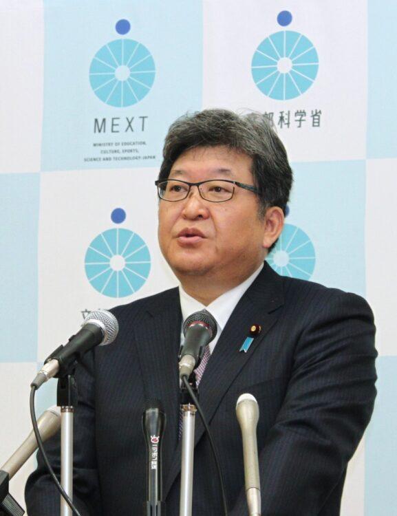 緊急事態宣言が出された場合の対応について、萩生田文部科学大臣は、小中学校や高校に対して一斉休校を要請しないと記者会見で発言した(時事通信フォト)