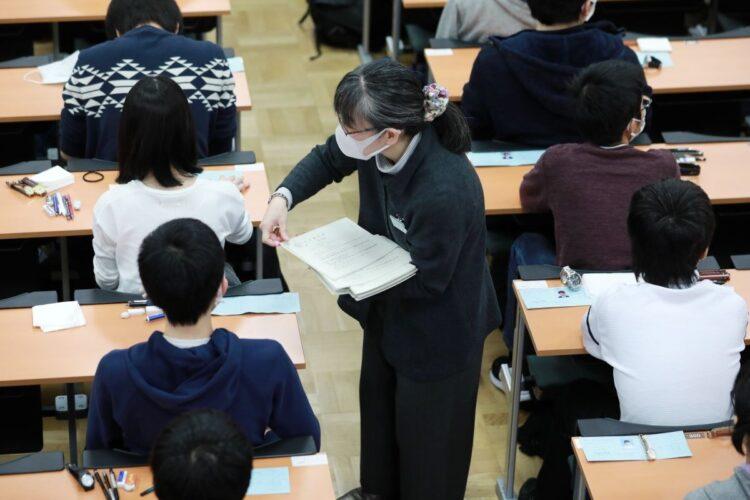 緊急事態宣言下で行われる大学共通テスト(写真は2020年の国公立大2次試験/時事通信フォト)