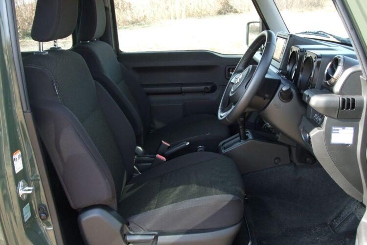 フロントシートは簡素だが、ハンドルの高さを調整できるチルトステアリング機能が装備されている