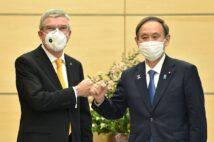 バッハIOC会長(左)と菅義偉首相は五輪開催に前のめりだが…(写真/AFP=時事)