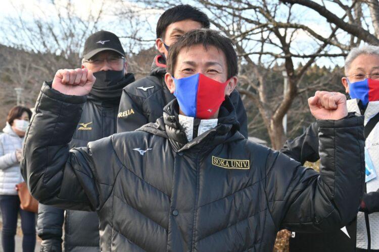 往路優勝を喜ぶ榎木監督(時事通信)