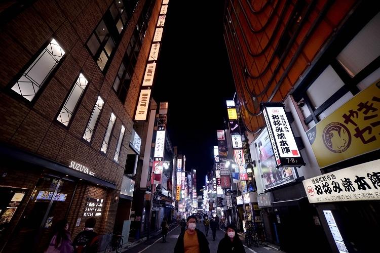2度目の緊急事態宣言と飲食店への時短営業要請が出された東京の夜は早くから暗い(AA/時事通信フォト)