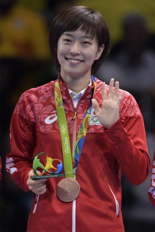 2016年、福原愛さん(32才)、伊藤美誠選手(20才)と出場したリオ五輪で、団体3位に輝く。表彰式では「かすみんスマイル」がキラリ(時事通信フォト)