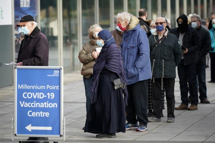 海外でも接種の順序をめぐって混乱が(イギリスでコロナワクチン接種に並ぶ人たち、Getty Images)