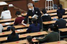 共通テストの受験上の注意には「常にマスクを正しく着用」とあった(時事通信フォト)