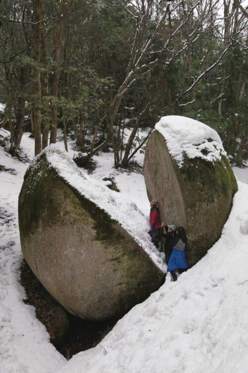 国内の神聖な奇岩巨石を8つピックアップ(写真は島根・『天馬山の割石』)