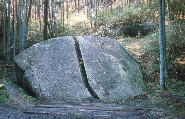 『一刀石』(奈良県奈良市柳生町柳生岩戸谷)