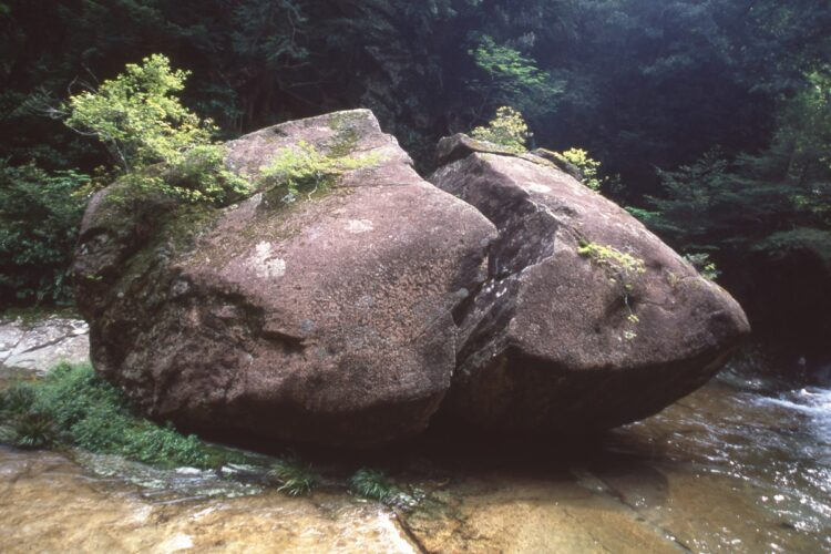 『桃太郎岩』(三重県南牟婁郡御浜町片川)
