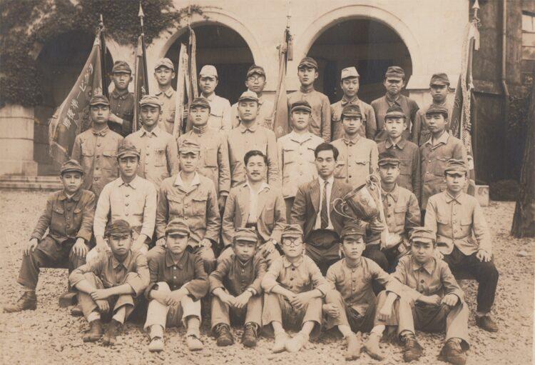 旧制神戸一中時代の小松氏(最後列左から4番目)