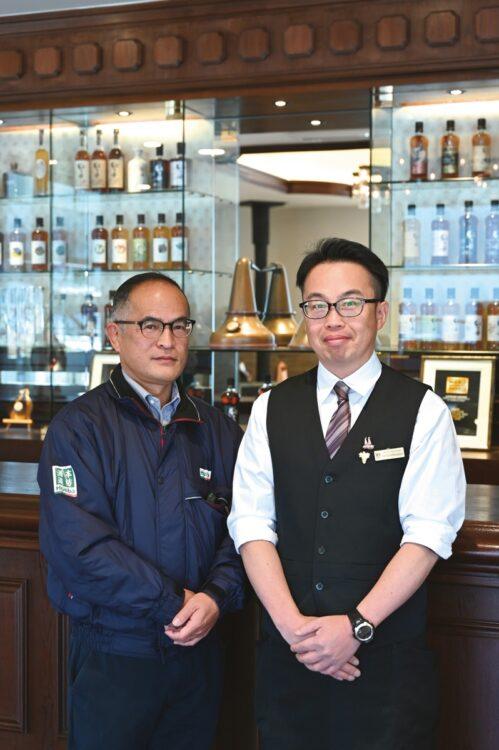 折田浩之所長(左)とディスティラリーショップを担当する冨迫英昭氏