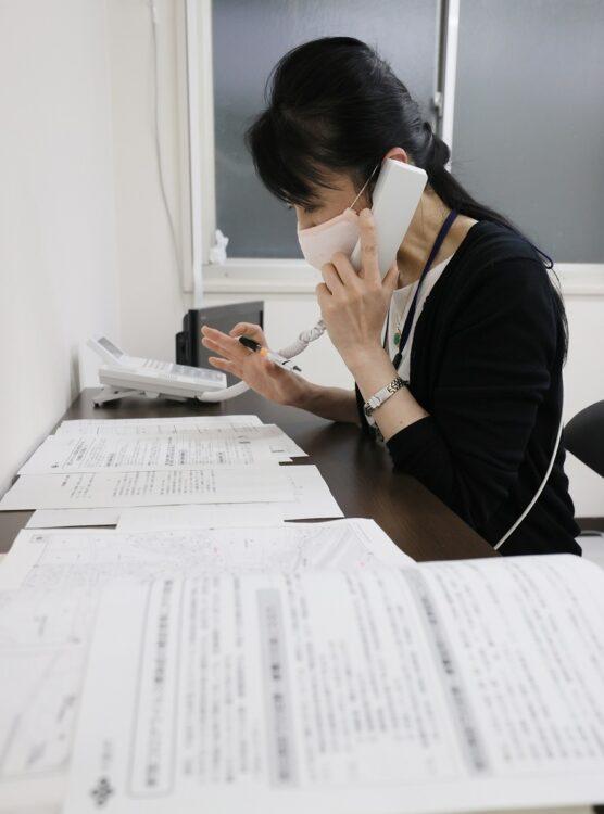 新型コロナウイルスに関する電話相談の対応に当たる保健所の職員(イメージ、時事通信フォト)