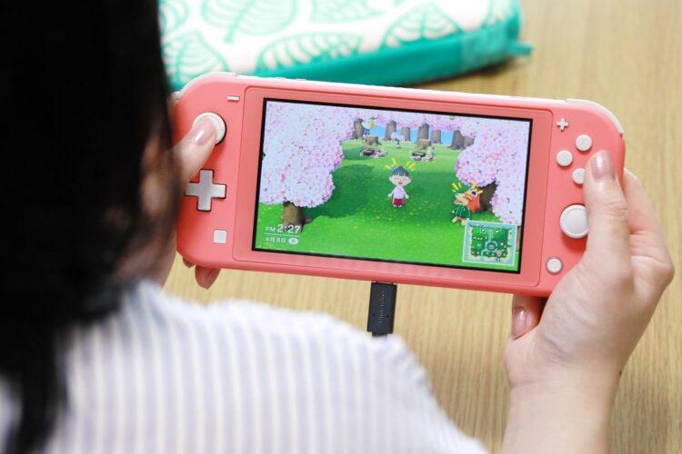国内で1888万台売れた任天堂「スイッチ」と人気ソフト「あつまれ どうぶつの森」(時事通信フォト)