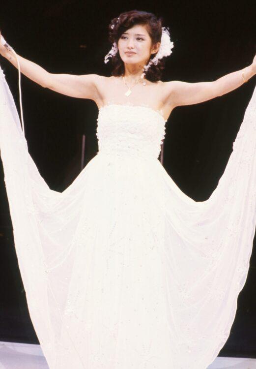 ラストを締めくくった『さよならの向う側』の純白のドレス。4色の衣装に合わせて、マイクの色もそれぞれ変えられている