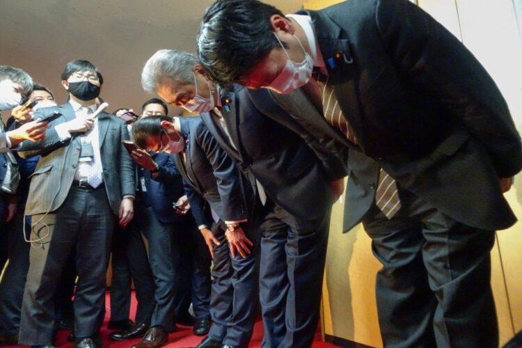 自民党へ離党届提出し、謝罪する(奥から)大塚高司、松本純、田野瀬太道の3氏