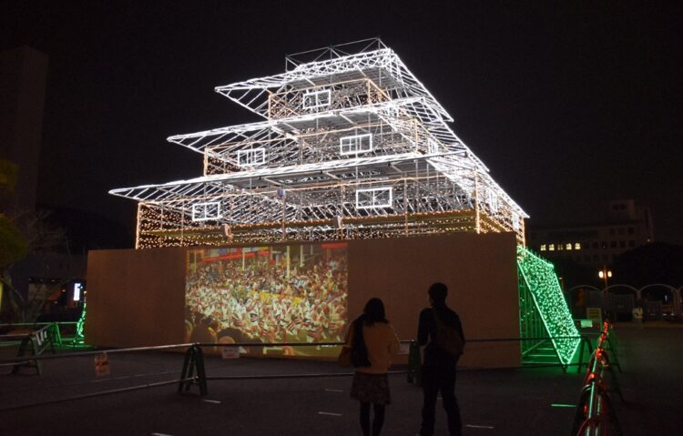 徳島市が展示している「仮想徳島城天守閣」。下部に阿波踊り映像が流れる(写真/毎日新聞社)