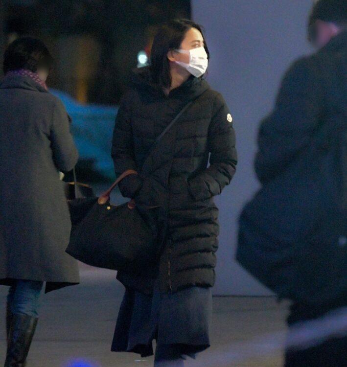 全身黒のコーデ、さっそうと歩く小川アナ(写真は2019年)