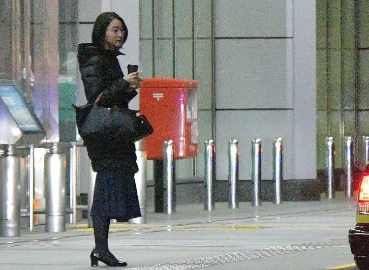 空港、カフェの持ち帰りコーヒー、シックな足元も小川アナらしい(写真は2019年)