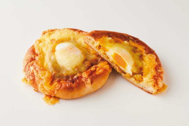 いま注目のカレーパンを厳選(写真は藤の木『半熟たまごがのった焼きチーズカレーパン』)