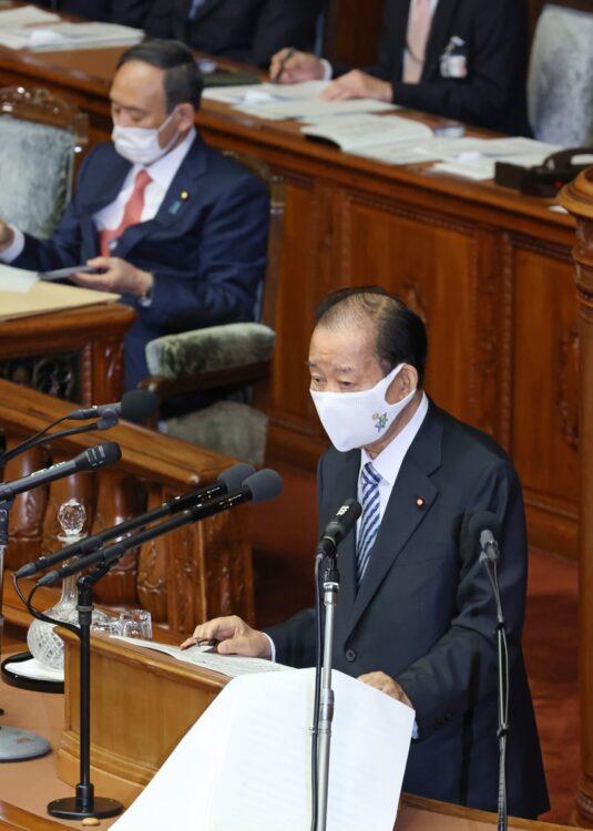 自民党のシンボルマーク入りのマスクをした二階氏(時事通信フォト)