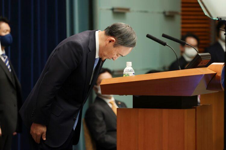 記者会見の冒頭、与党議員の深夜飲食問題を陳謝する菅義偉首相。2月2日午後、首相官邸(時事通信フォト)