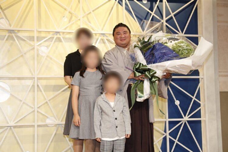 引退式の際には家族からの花束が贈られていた(写真/共同通信社 ※画像の一部を加工)