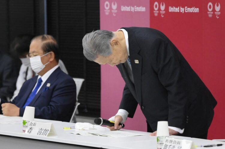 辞任会見で頭を下げる森喜朗氏(時事通信フォト)