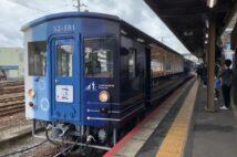 JR四国の観光列車「藍よしのがわトロッコ」。外観は特産の「阿波藍」をモチーフとし、2両編成のうち1両がトロッコ仕様。地元の食材を使った駅弁(要予約)を食べることもできる(時事通信フォト)