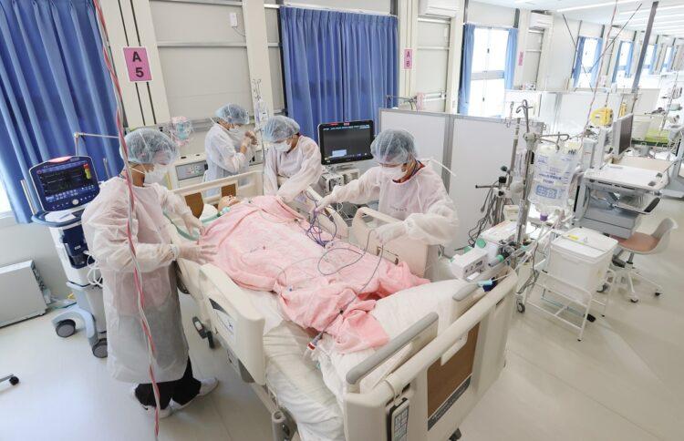 「大阪コロナ重症センター」で研修する看護師ら(イメージ、時事通信フォト)