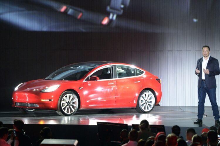 EV市場で世界をけん引する米テスラの量産型EV「モデル3」(dpa/時事通信フォト)