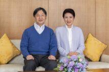 陛下は青色のニット、お隣の雅子さまは水色のスーツ姿。色みを合わせたリンクコーデが輝かしい(写真/宮内庁提供)