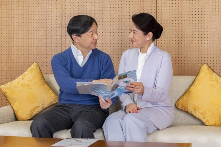 陛下の研究分野でもある「水」がテーマの本『水の日本地図』を読まれる両陛下。熱心に解説される陛下を、雅子さまはうれしそうに見つめられていた(写真/宮内庁提供)
