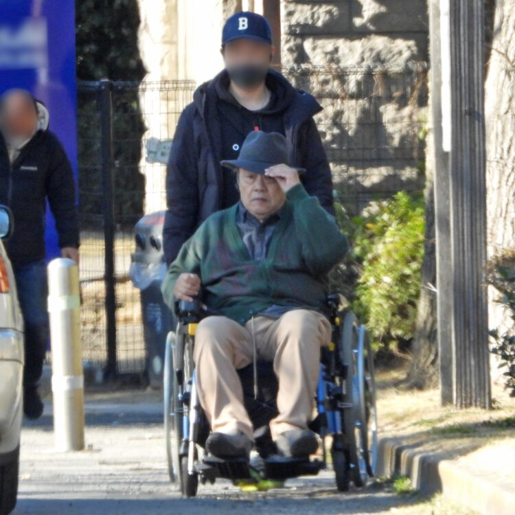 車椅子を押されている姿もしっくりくる西田