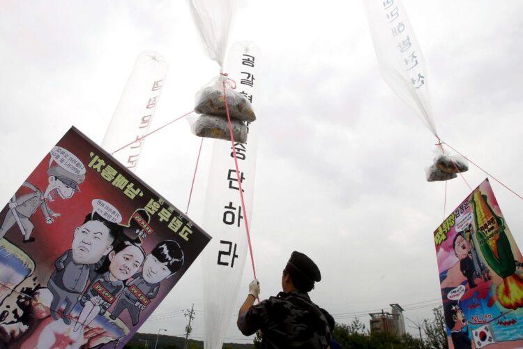このビラによって北朝鮮の人権侵害を逃れた人も多い(時事)