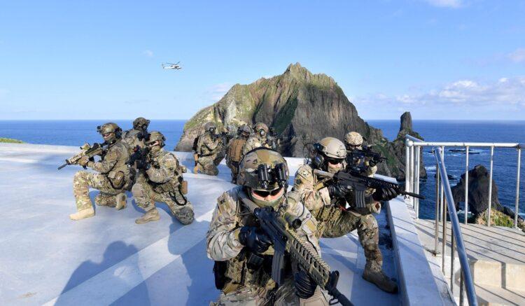 文政権の対日外交は変化するのか?(写真は竹島で防衛訓練を行う韓国海軍/AFP=時事)