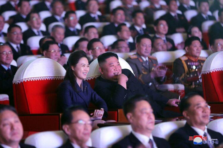 2月16日に仲睦まじい姿を見せた金正恩夫妻(写真/朝鮮通信=時事)