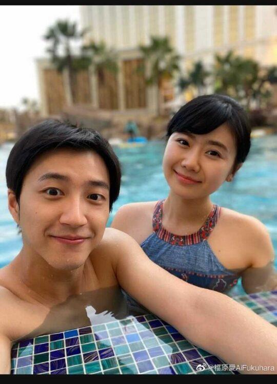 ホテルのプールで泳ぐ福原と江さん(写真は福原の微博より)
