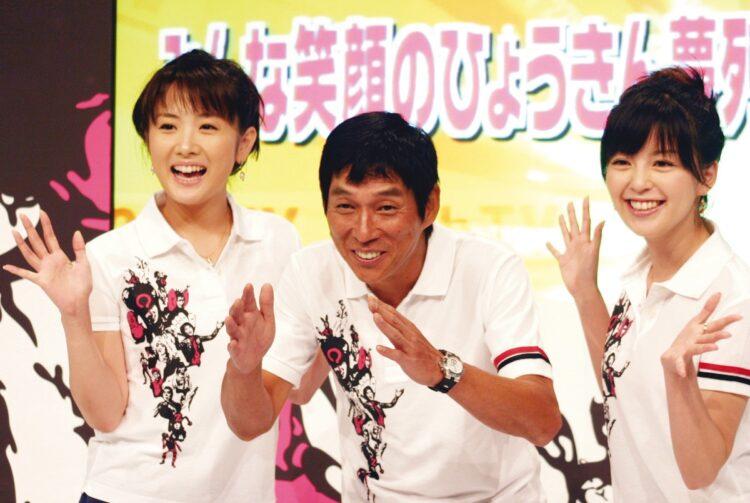 左から高島彩、明石家さんま、中野美奈子(時事通信フォト)