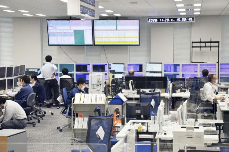 気象庁の地震観測の中枢となる「地震火山オペレーションルーム」(東京都港区、写真/共同通信社)