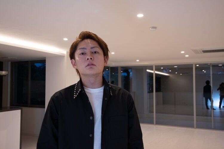 豪華な新居に引っ越したばかりの三崎氏
