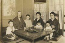 左から2人目が渡辺錠太郎、1人置いて妻のすずと膝に抱かれた娘の和子(渡辺家蔵)