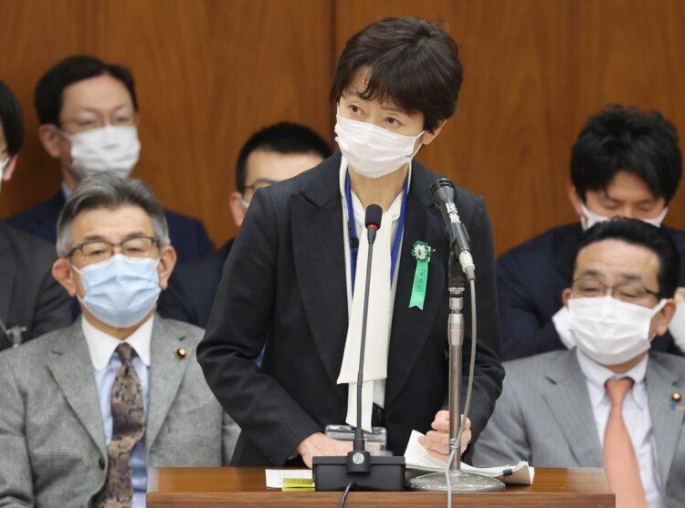 衆院総務委員会で答弁する参考人の山田真貴子内閣広報官(時事通信フォト)