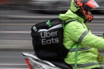 フードデリバリーといえばサービス名の大きなロゴ入りバッグ(イメージ、AFP=時事)