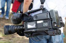 業務用のENGカメラは本体が約4キロ、バッテリーなども含めると約8キロほどのものが多い(イメージ)